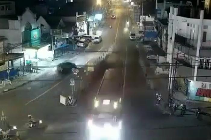 Video Detik-detik Bus Alami Rem Blong di Jalan Menurun Tajam, Pemotor Langsung Keringet Dingin Hampir Ketabrak
