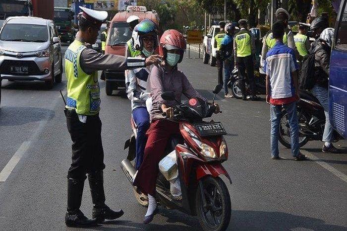 Ilustrasi razia polisi. Nekat naik motor sambil main HP di razia Operasi Patuh Jaya 2020 bakal rugi bandar.