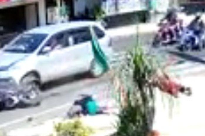 2 emak-emak langsung kejang-kejang dihantam mobil, naik motor belok sembarangan kena batunya.
