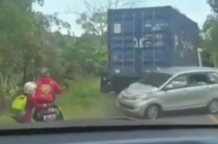 Detik-detik truk kontainer tak kuat menanjak hampir menggilas pemotor