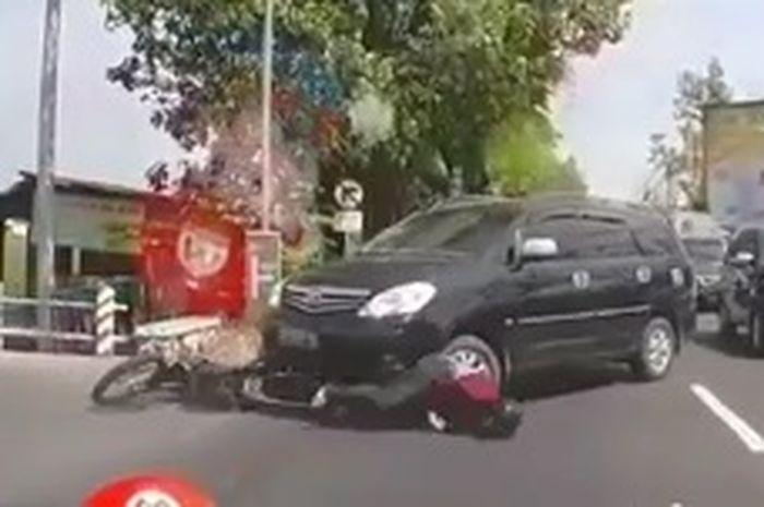 Srokk!! Nyawa hampir melayang pemotor trail terseret dan masuk kolong Innova, neizen salut sama supir mobilnya.