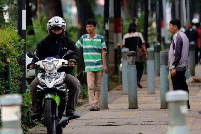 Pemotor nekat naik trotoar, pilih bayar denda atau kurungan 2 bulan