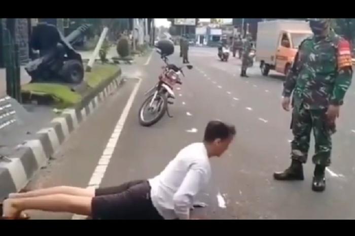 Netizen jadi salah fokus, pemotor ganteng push up di depan anggota TNI gerakannya aneh
