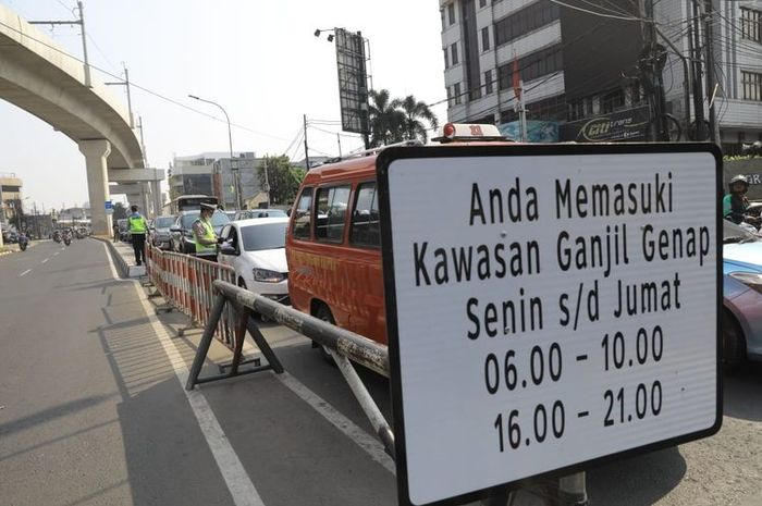 Awas ketilang, Ganjil genap DKI Jakarta berlaku 24 jam incarannya bukan untuk beralih ke angkutan umum.