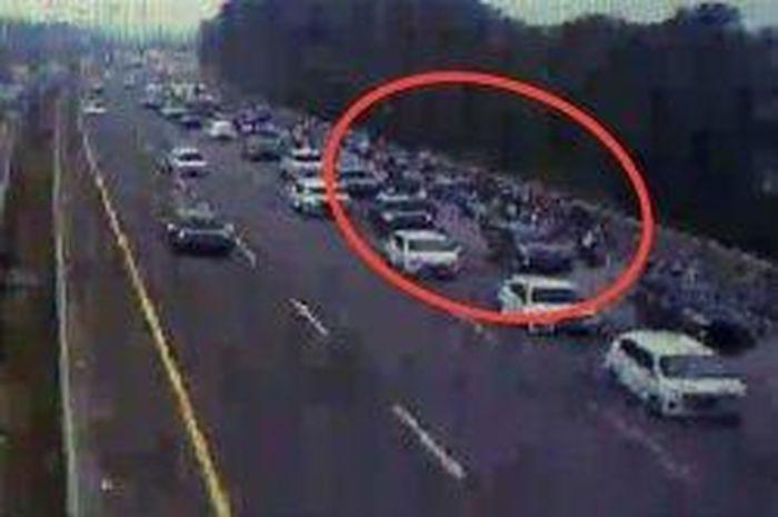Layar tangkap video rekaman CCTV yang menunjukan puluhan pengendara motor melintas di dalam Tol Cimanggis, Kota Depok.