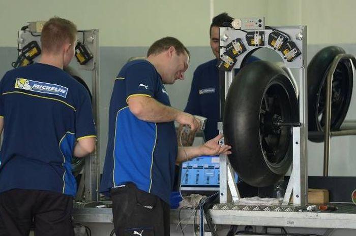 Nah loh, pembalap tim Aprilia Racing Team Gresini, Aleix Espargaro curiga ada hubungan terlarang antara KTM dan Michelin.