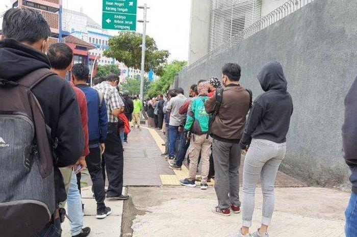 Antrean mengular di Kejaksaan Negeri Jakarta Barat oleh warga yang hendak mengurus tilang, Jumat (14/8/2020)