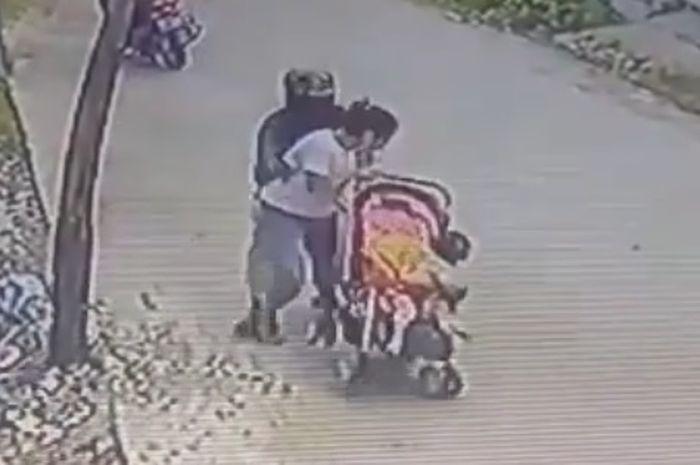 Begal payudara menimpa seorang wanita yang tengah mendorong kereta bayi