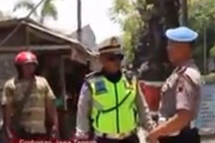 Polisi merazia polisi saat melaksanakan operasi buat pengendara