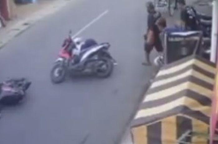 Kebanyakan ngopi! Video kecelakaan depan Cafe, yang satu ngebut satu begini nah dua-duanya ambyar deh tuh.