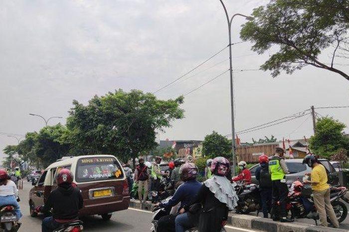 Penindakan pengendara motor yang melintas di Jalur Cepat Jalan Raya Margonda, Selasa (18/8/2020).