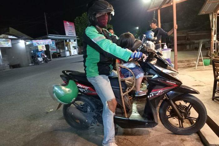 Hasran bersama anaknya yang masih usia 2,5 tahun saat sedang narik penumpang di Samarinda, Kaltim, Selasa (2582020).
