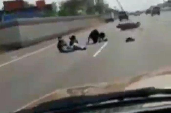 Gila ngeri banget, 3 cewek naik motor trabas jalan tol, oleng ambyar kepala dikolong Fortuner.