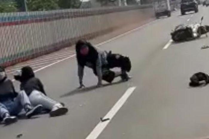 Hampir Kelindes! Video 3 Wanita Boncengan Motor Masuk Tol Jakarta-Cikampek, Berujung Tabrak Mobil Sampai Terlempar di Jalanan