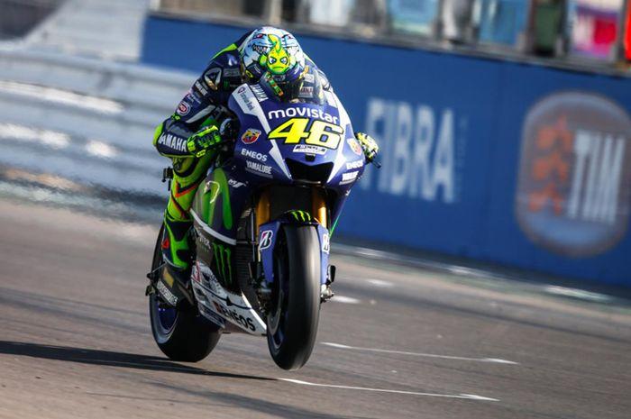 Helm livery spesial MotoGP San Marino Valentino Rossi musim 2015 berjudul The Shark. Kira-kira helm spesial Valentino Rossi di MotoGP San Marino tahun ini kayak apa ya?