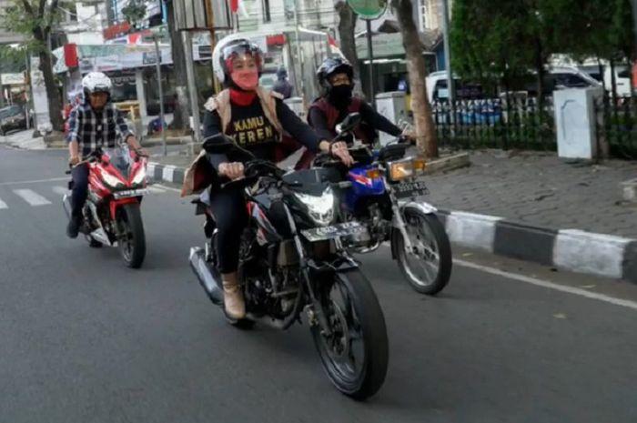 Istri dari Ridwan Kamil, Atalia Praratya, unjuk gigi kebolehannya naik motor sport.