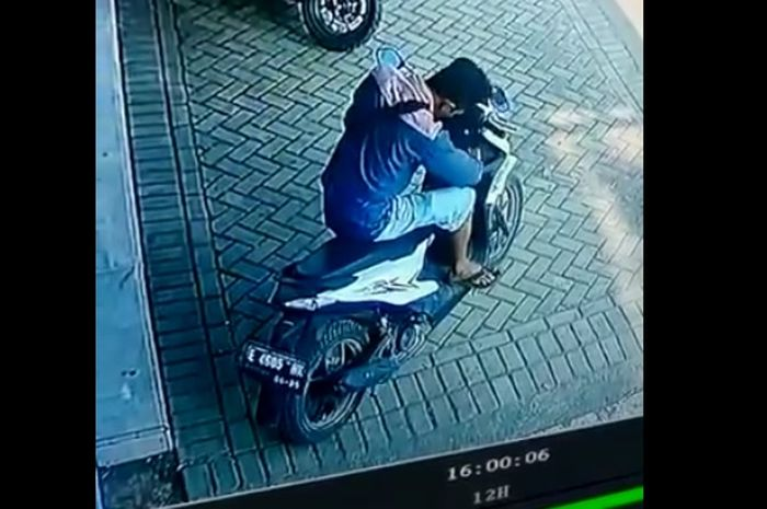 CCTV memperlihatkan maling sendang mencongkel rumah kunci