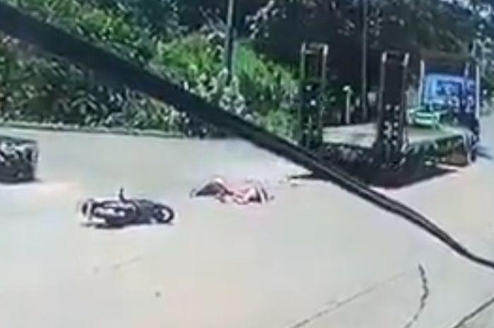 Ilustrasi pemotor kecelakaan dengan truk. Pemotor Honda BeAT Tewas Seketika Terlindas Truk, Saksi Mata: Darah Penuhi Jalanan
