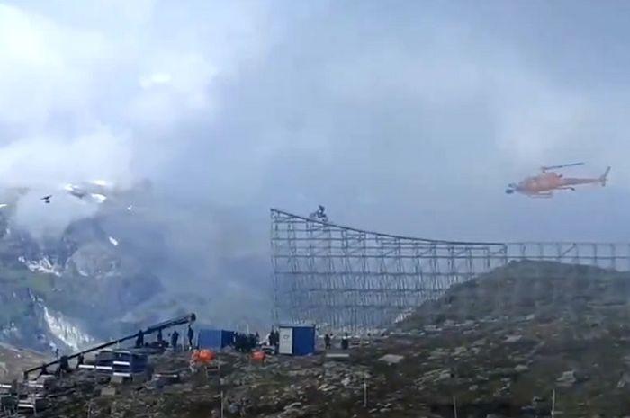 Bikin merinding, video artis Hollywood, Tom Cruise terjun dari lereng gunung menggunakan sepeda motor.