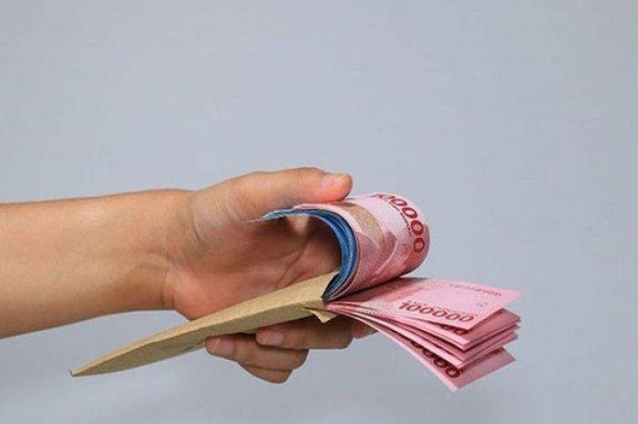Ilustrasi uang tunai. Cek Saldo ATM Sekarang, BLT Subsidi Gaji Rp 1,2 Juta Gelombang Dua Tahap III Sudah Cair!