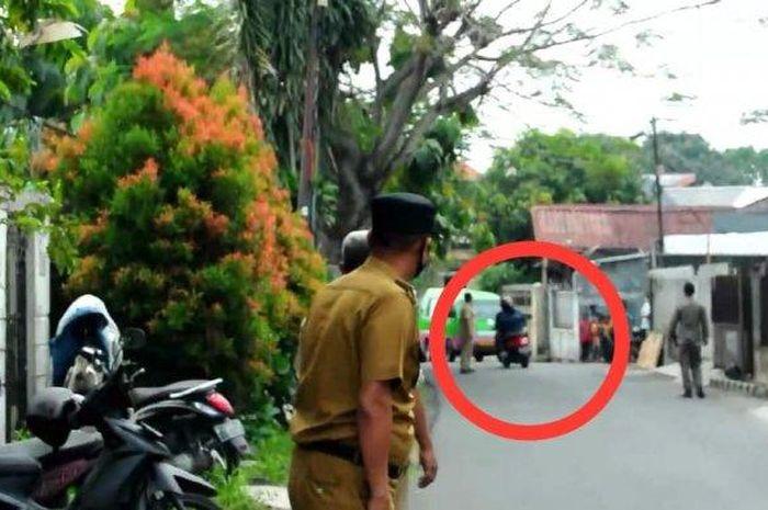 Pengendara motor yang melakukan putar balik saat mengetahui ada razia masker di lokasi yang akan dilintasinya di Jalan Layungsari, Kelurahan Empang, Kecamatan Bogor Selatan