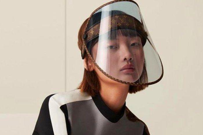 Kaum mending-mending minggir dulu, Louis Vuitton luncurkan face shield mewah seharga Honda Revo Fit.