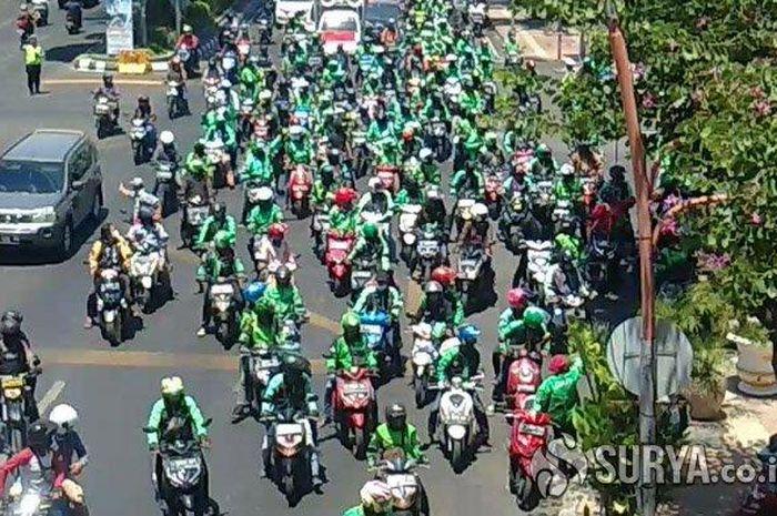 Ribuan driver ojek online (Ojol) se-Jawa Timur demo besar-besaran menuntut beberapa kebijakan di masa pandemi ini.