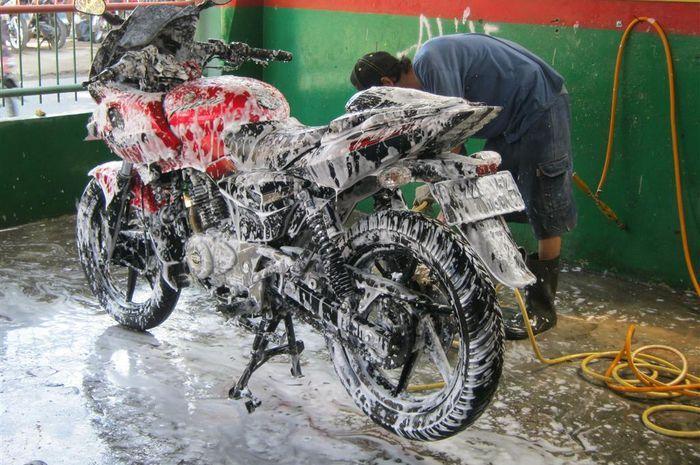 Cuci motor jangan pakai sabun colek atau sabun cuci piring, efek buruknya bikin nangis
