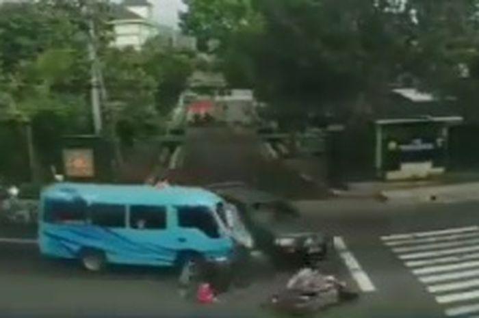 Badan remuk! 4 pemotor ambyar diseruduk angkutan Elf, kaget ada mobil TNI warganet : Siapa yang salah?