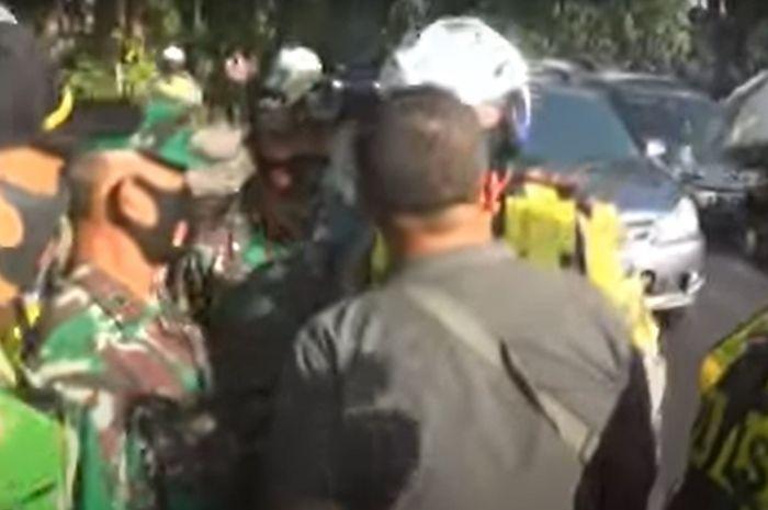 Oknum polisi (baju hitam) yang kena razia masker gabungan tapi ngeyel