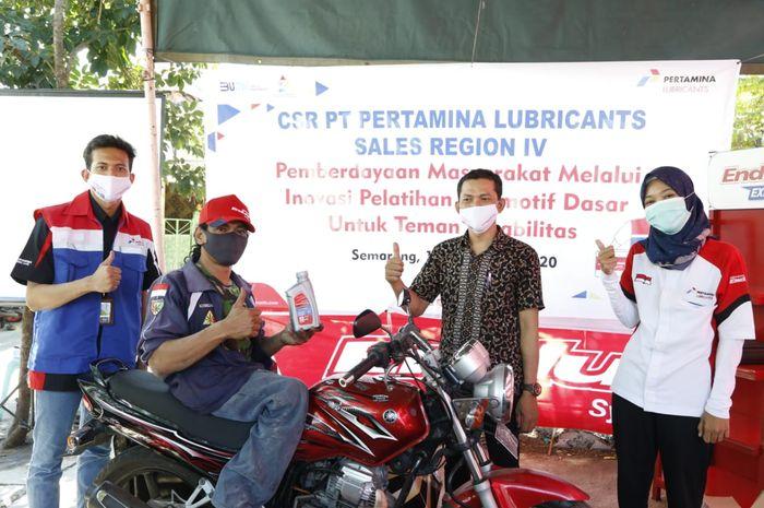 PT. Pertamina Lubricants memberikan bantuan kepada bengkel motor difabel.