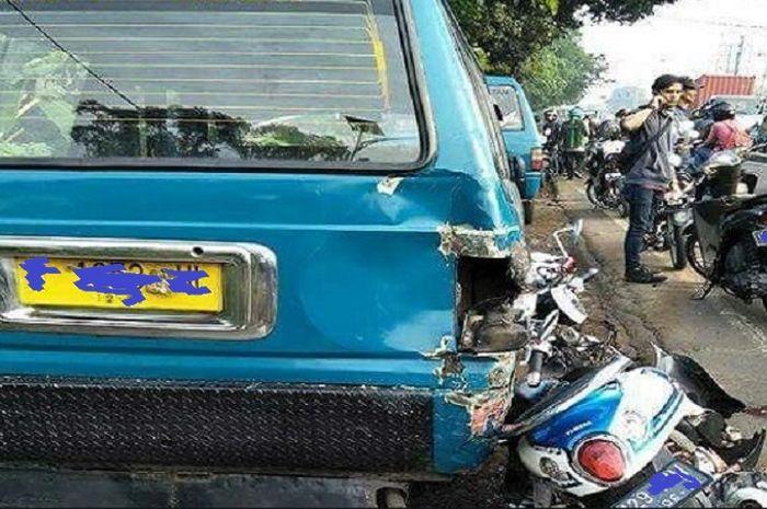 Ilustrasi kecelakaan motor hancur tabrak angkot.