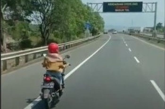 Seorang ibu mengendarai motor matik masuk tol di Semarang jadi viral di media sosial.