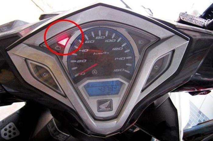 Indikator Honda Vario menunjukan suhu motor yang tinggi alias overheat.