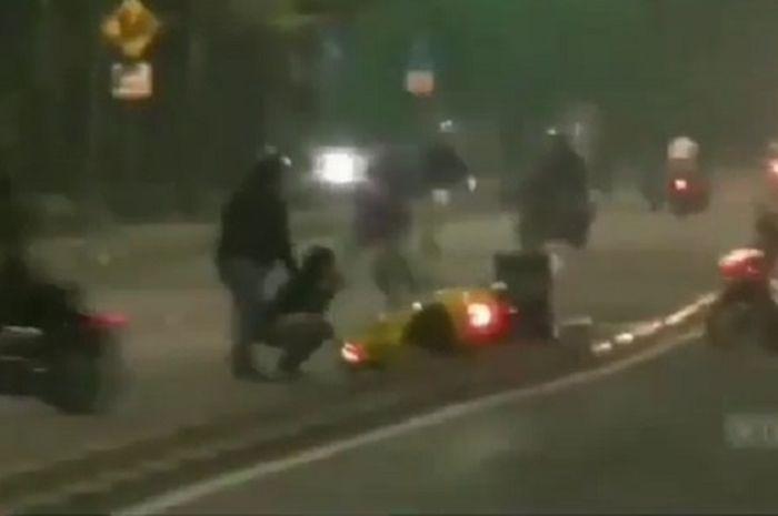 Mencekam video detik-detik pembaliap liar kocar-kacir berlarian ketika dibubarkan Polisi, satu Vespa sampai terbang ke jalur sebrang.