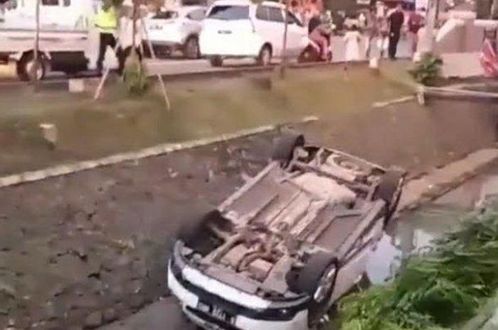 Evakuasi Mobil Chevrolet yang nyebur ke got besar di bilangan Jalan Letnan Sutopo, Serpong, Tangerang Selatan (Tangsel), sekira pukul 17.00 WIB, Selasa (22/9/2020).