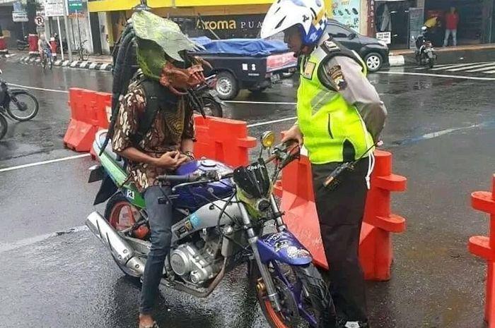 Seorang pemuda memodifikasi helmya jadi predator