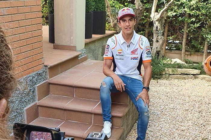Bikin gagal fokus, penampilan pembalap tim Repsol Honda, Marc Marquez tanpa pelindung lengan, sudah siap balap lagi?