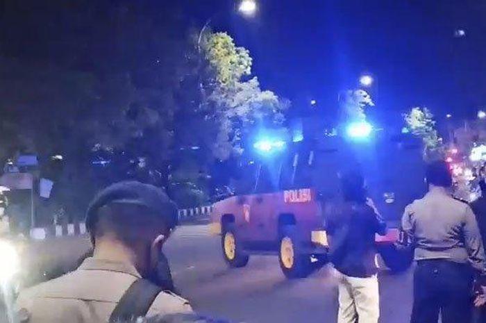 Gerombolan massa yang berkumpul di Plaza Manahan, Kota Solo, Selasa (15/9/2020) malam dihalau Polisi.