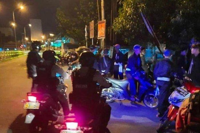 Personel gabungan Polresta Solo, Kodim 0735/Surakarta, Brimon Yon C/Surakarta, Dit Shabara Polda Jateng dibackup Polres Sekitar Solo Raya melakukan penyekatan di titik masuk Kota Solo, Selasa (25/8/2020).