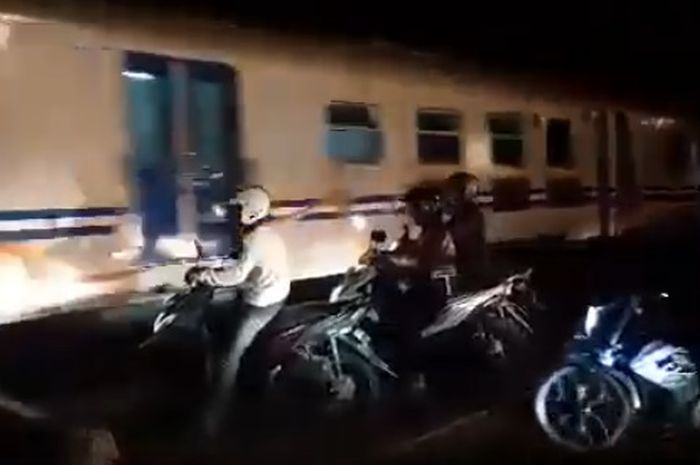 Para pemotor nekat terobos palang kereta api