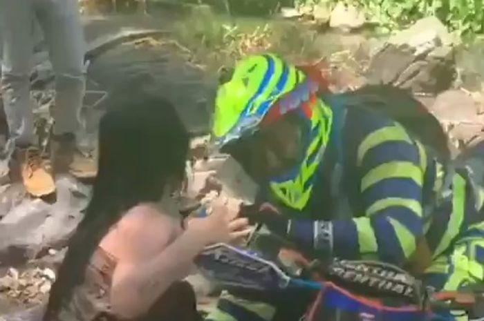 Viral video pemotor trail bukannya trabasan malah 'wik-wik' cewek berkemben di sungai