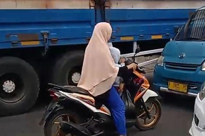 The power of emak-emak nekat melawan arus