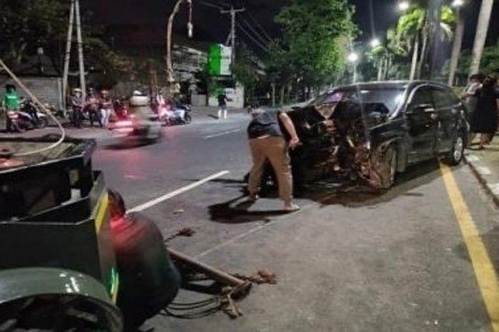 Suasana pasca kecelakaan tunggal yang terjadi di By Pass Sunset Road, tepatnya depan MyBank, Kuta, Sabtu (26/9/2020)