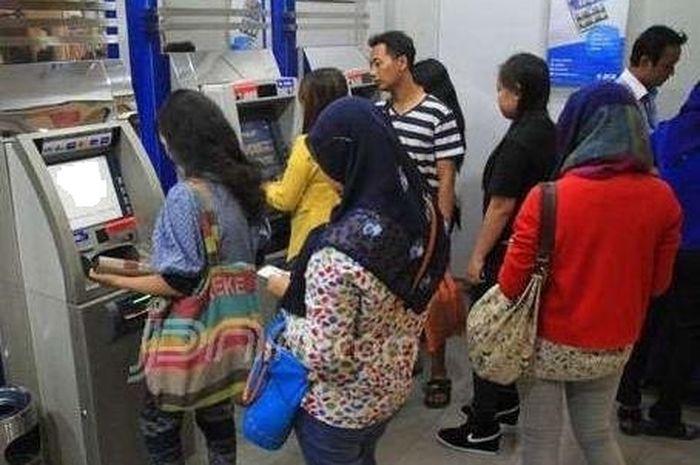 Ilustrasi. Bantuan pemerintah atau BLT ditrasfer langsung ke rekening dicek lewar ATM
