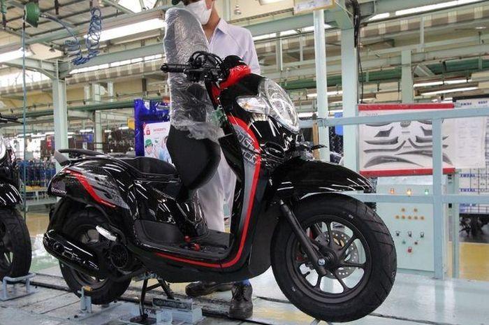 Karyawan perakitan motor di pabrik PT Astra Honda Motor (AHM). Daftar lowongan kerja AHM ada dua posisi untuk lulusan S1