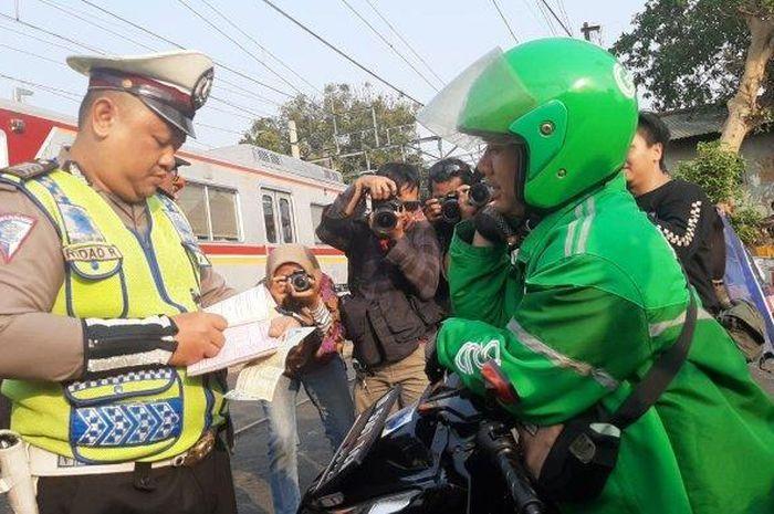 Ilustrasi, bikers nekat terobos palang pintu kereta api bisa kena denda Rp 750 ribu