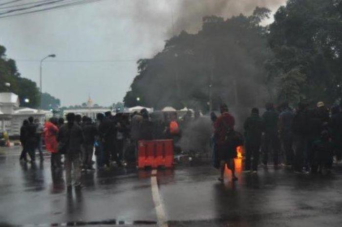 Mahasiswa bakar ban depan Istana Bogor membuat pemotor balik arah