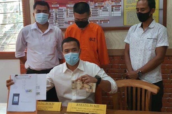 Oknum kepala cabang dealer di Nusa Penida, Bali ditangkap polisi gara-gara menggelapkan uang hasil penjualan motor