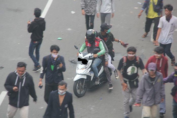 Driver ojol bantu korban demo Omnibus Law Cipta Kerja.